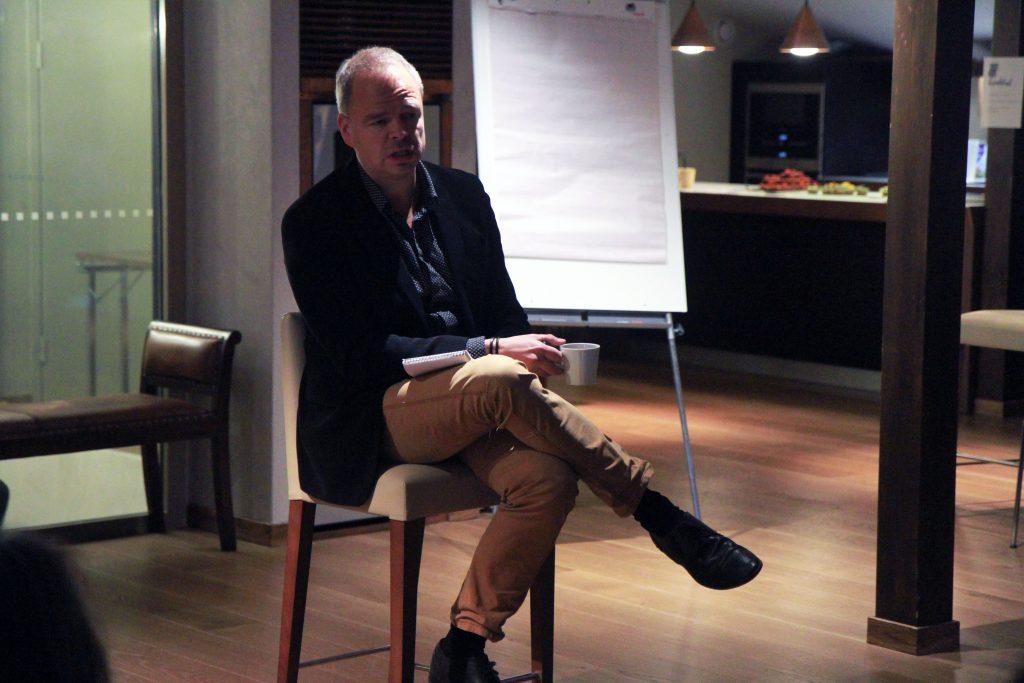 """""""Kiristyneessä tilanteessa CMI:n kaltaiset epäviralliset toimijat voivat rakentaa keskusteluyhteyttä"""", sanoo Martti Ahtisaaren ja CMI:n neuvonantajana toimiva Sami Lahdensuo."""
